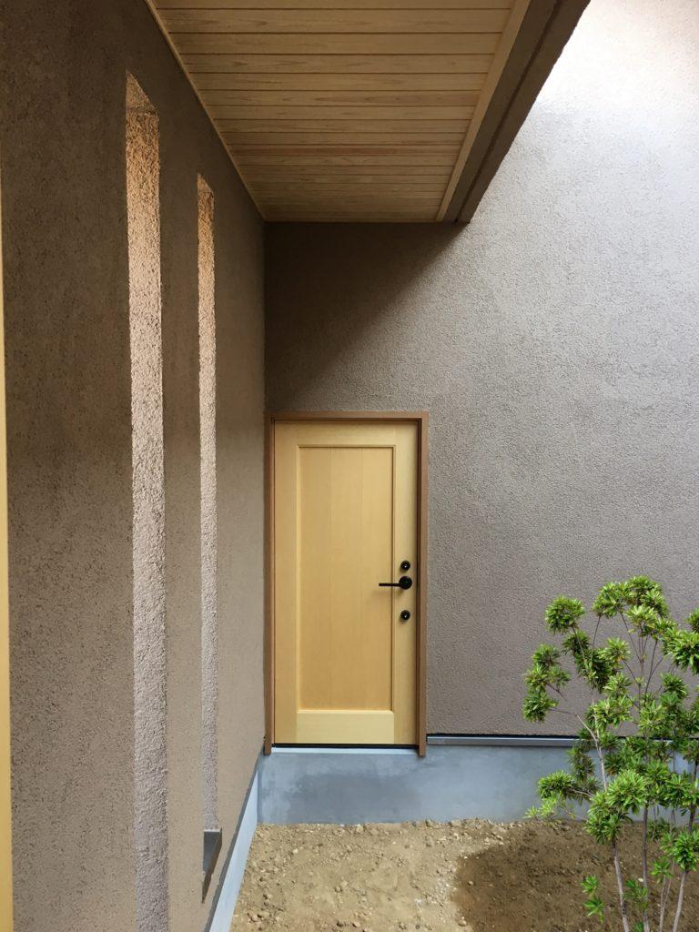玄関から屋内にはいる入り口