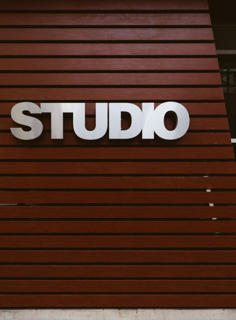 スタジオ部門のサイン看板