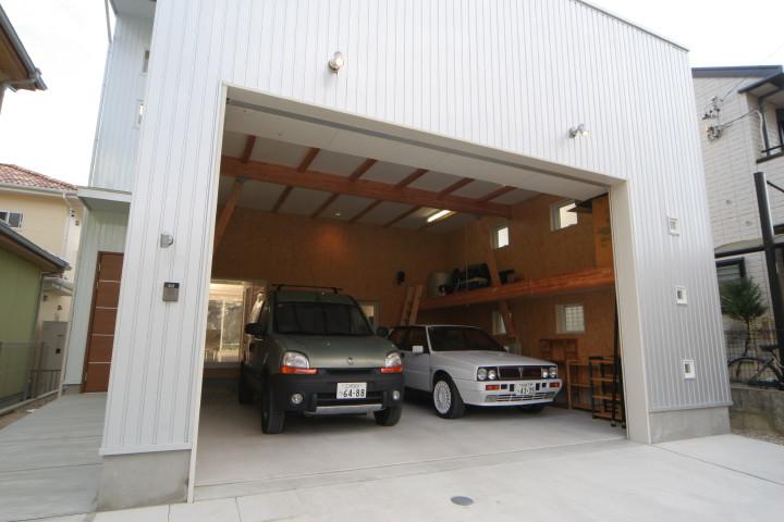 高い天井の電動ガレージと車