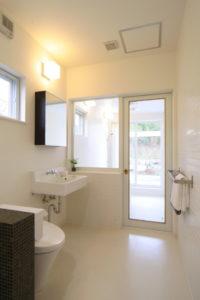 明るい展望風呂と洗面トイレ