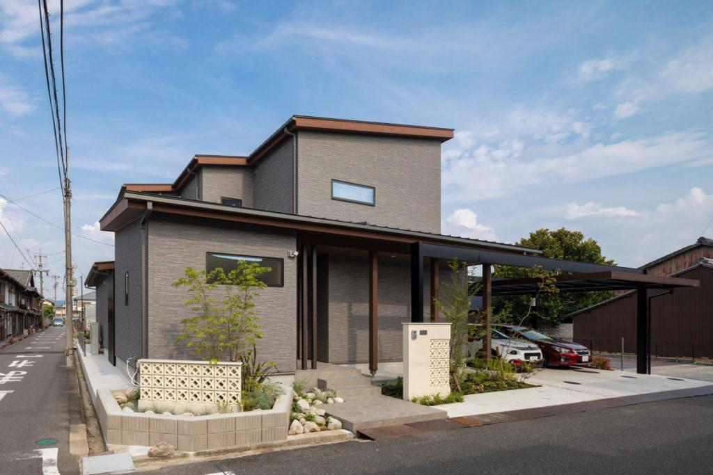 カーポートガレージと花ブロックの調和した美しいデザインのモダン和風住宅外観