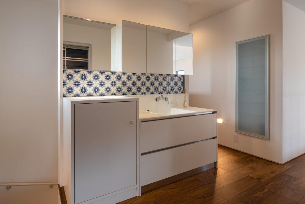 洗面所はタイルと照明で美しいが 場所的に実用的に収納たっぷり