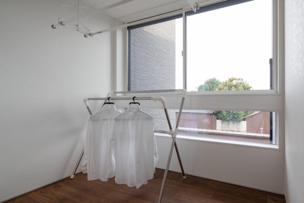 洗濯干し場は明るい窓と設備が装備されている
