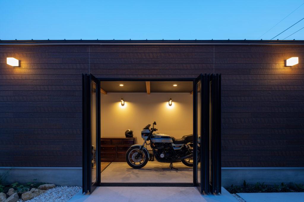 趣味のバイクを照明とリビングから見る画像
